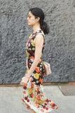 Moderne Frau, die während Milan Men-` s der Mode-Woche aufwirft Lizenzfreies Stockbild