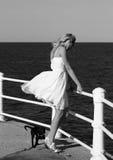Moderne Frau durch Meer Lizenzfreie Stockfotos