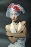 Moderne Frau in einem weißen Kleid und in einem Hut. Lizenzfreie Stockfotos