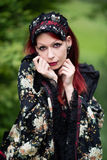 Moderne Frau im Kimono lizenzfreie stockbilder