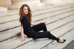 Moderne Frau im rückenfreien Overall Stockfotografie