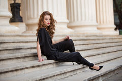 Moderne Frau im rückenfreien Overall Lizenzfreie Stockfotos