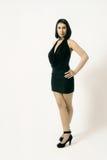 Moderne Frau im schwarzen Kleid Stockbild