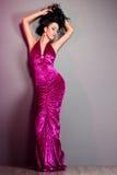 Moderne Frau im violetten Kleid Lizenzfreie Stockfotos