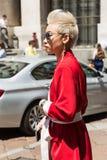 Moderne Frau Milan Men-` s an der Mode-Woche Lizenzfreie Stockfotos