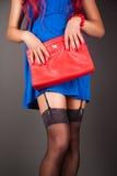 Moderne Frau mit einer roten Tasche Lizenzfreie Stockfotos