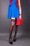 Moderne Frau mit einer roten Tasche Stockbild