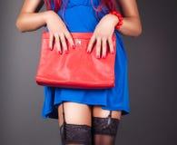 Moderne Frau mit einer roten Tasche Stockfoto