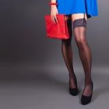 Moderne Frau mit einer roten Tasche Stockfotos