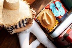 Moderne Frau mit Planungssommerferien des großen Sommerhutes stockfotos