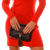Moderne Frau mit schwarzer Tasche in den Händen und im roten Kleid Lizenzfreie Stockbilder