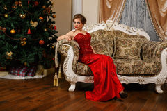 Moderne Frau sitzt nahe dem Christmass Lizenzfreie Stockfotografie
