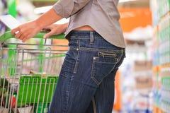 Moderne Frauen-Einkaufen mit Laufkatze Stockbilder