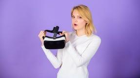 Moderne gadgettoebehoren Van de hoofdtelefoonglazen van de vrouwengreep vr de violette achtergrond Digitaal apparaat en moderne k stock afbeelding