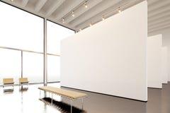 Moderne Galerie der Fotoausstellung, offener Raum Hängendes Museum der zeitgenössischen Kunst des enormen weißen leeren Segeltuch Stockbild