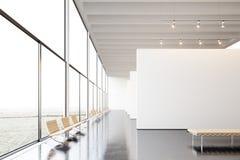 Moderne Galerie der Fotoausstellung, offener Raum Hängendes Museum der zeitgenössischen Kunst des weißen leeren Segeltuches Innen Lizenzfreie Stockfotos