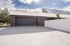 Moderne garage met grote oprijlaan royalty-vrije stock foto's