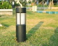 Moderne gazonlamp, Gazonlicht, tuinlamp, landschapsverlichting stock fotografie