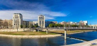Moderne Gebäude in Montpellier durch Fluss Lez - Frankreich Stockfotografie