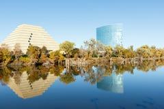 Moderne Gebäude über dem Sacramento River Stockfotos