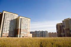Moderne Gebäude auf einem Gebiet lizenzfreie stockbilder