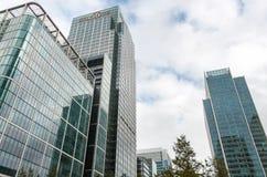 Moderne Gebäude bei Canary Wharf mit Citi-Bankwolkenkratzer Stockfotos