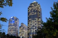 Moderne Gebäude in den im Stadtzentrum gelegenen Dallas-Nachtszenen Stockfoto