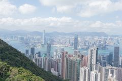 Moderne Gebäude des Highrise mit blauem Himmel in der Stadt an Victoria-` s Spitze, Hong Kong Lizenzfreies Stockfoto