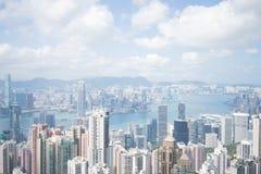 Moderne Gebäude des Highrise mit blauem Himmel in der Stadt an Victoria-` s Spitze, Hong Kong Stockbild