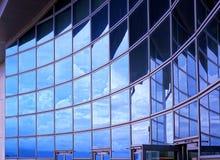 Moderne Gebäude-Fassade mit Reflexion Stockfotografie