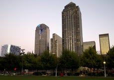 Moderne Gebäude in im Stadtzentrum gelegenem Dallas-Sonnenuntergang Lizenzfreie Stockfotos