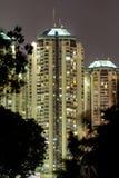 Moderne Gebäude in Jakarta, Nachttrieb Stockfotografie