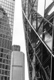 Moderne Gebäude-Mitte-vertikales abstraktes Design mit Details lizenzfreie stockbilder
