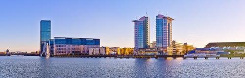 Moderne Gebäude nähern sich Gelagefluß in Berlin, Deutschland Stockbilder
