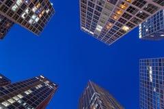 Moderne Gebäude nachts Stockbild