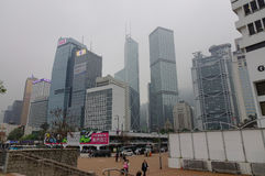 Moderne Gebäude am nebelhaften Tag in Hong Kong Stockfotos