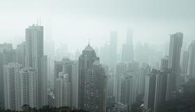 Moderne Gebäude am nebelhaften Tag in Hong Kong Stockbild