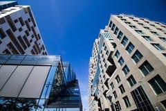Moderne Gebäude und blauer Himmel im Stadtzentrum gelegenes Oslo 2 Lizenzfreies Stockbild