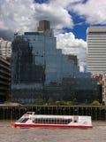 Moderne Gebäude- und Fluggastlieferung auf dem Fluss Lizenzfreies Stockbild