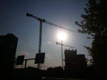 moderne Gebäude und Kräne Lizenzfreie Stockbilder