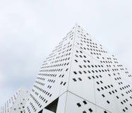 Moderne Gebäude von ungewöhnlichen Formen vom weißen perforierten Metall stockfotografie