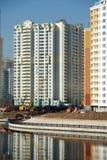 Moderne Gebäude werden nahe Flussvertikalenansicht konstruiert Stockfoto