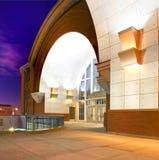 Moderne Gebäudearchitektur nachts Bogen mit weißem Metall und rotem Backstein Lizenzfreies Stockfoto