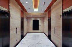 Moderne Gebäudeaufzugslobby Stockbild