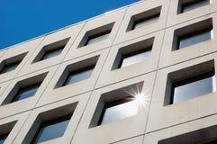 Moderne Gebäudefenster Stockfotos
