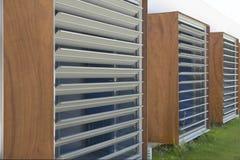 Moderne Gebäudefensterfassade im Aluminium, im Glas und im Holz stockfoto
