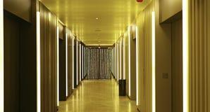 Moderne Gebäudehöhenruderlobby Stockbilder