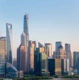 Moderne Gebäudenahaufnahme in Shanghai an der Dämmerung Stockfotografie