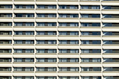 Moderne Gebäudevorderseite mit dem Wiederholen des Musters der Fenster und des Balkons für Hintergrund Lizenzfreies Stockfoto