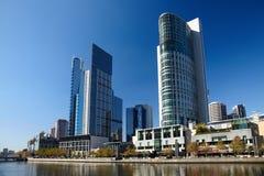 Moderne gebouwen bij rivierbank royalty-vrije stock foto